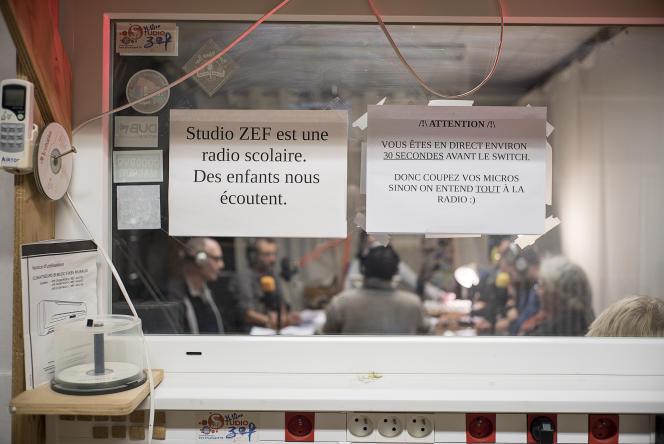 Dans les studios de la radio, à Blois.