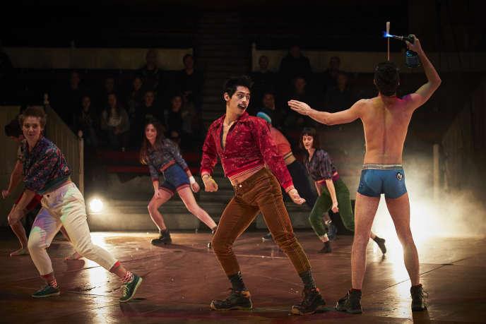 «On n'est pas là pour sucer des glaces», par Galapiat Cirque, avec la 31e promotion du Centre national des arts du cirque de Châlons-en-Champagne.