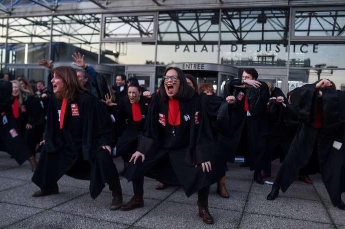 Des avocats grévistes de Seine-Saint-Denis font une «Haka» pour protester contre le projet de réforme des retraites, devant le tribunal de Bobigny, le 22 janvier.
