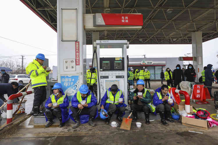 Les ouvriers déjeunent sur l'aire de la station service à proximité du chantier, le 24janvier.