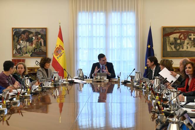 Lepremier ministreespagnol,PedroSanchez(au centre), lors de la première réunion de son cabinet de coalition au Palais de la Moncloa à Madrid, le 14 janvier 2020.