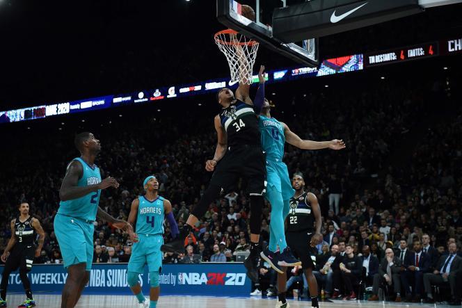 Giannis Antetokounmpo a mené ses Milwaukee Bucks à la victoire lors du premier match officiel de l'histoire de la NBA à Paris.