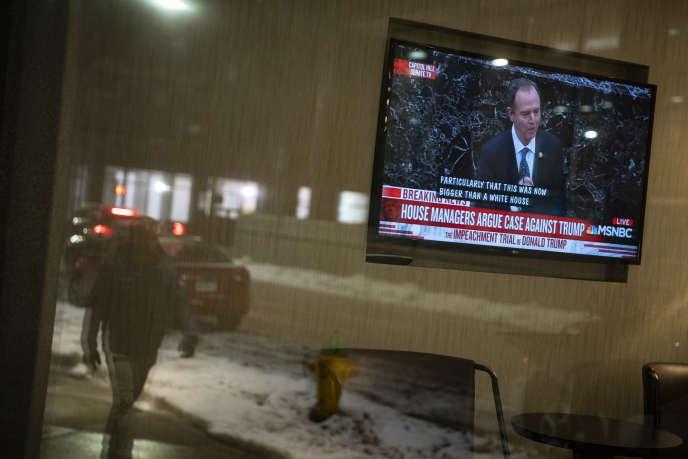 Une télévision diffuse le discours du procureur démocrate Adam Schiff, au Sénat, le22janvier2020.