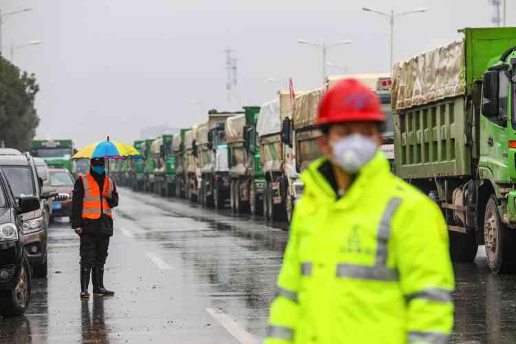 Une file de camions arrivant sur le site, le 24 janvier 2020.