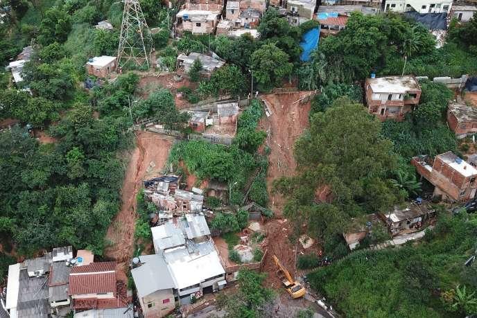 A Belo Horizonte, les secours recherchent les personnes disparues.
