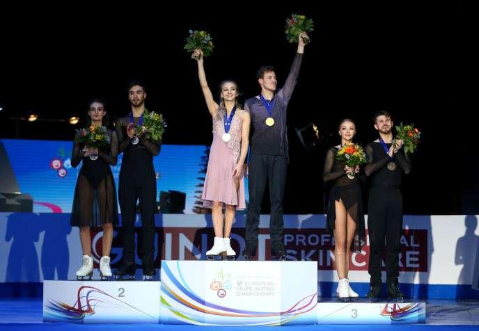 Gabriella Papadakis et Guillaume Cizeron (à gauche) sur la deuxième marche du podium des championnats d'Europe, samedi 25 janvier à Graz.