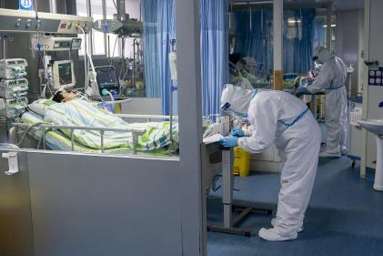 Des médecins s'occupent de patients au sein de l'unité de soins intensifs de l'hôpital Zhongnan, à Wuhan en Chine, le 24 janvier.