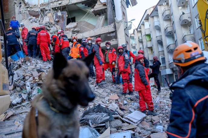 Des secouristes après le séisme à Elazig.