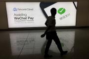 Une publicité pour l'application WeChat Pay, à l'aéroport d'Hongkong, en août 2017.