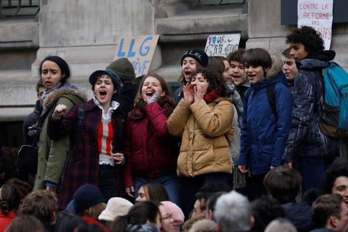 Des élèves bloquent l'entrée du lycée Louis-le-Grand, contre le projet de réforme des retraites, le 24 janvier à Paris.