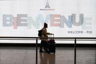 Un passager en provenance de Chine, à l'aéroport de Roissy, le 26 janvier.