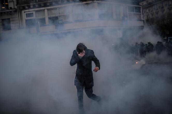 Un homme couvre ses yeux lors d'une manifestation contre le projet de réforme des retraites, le 5 décembre à Paris.