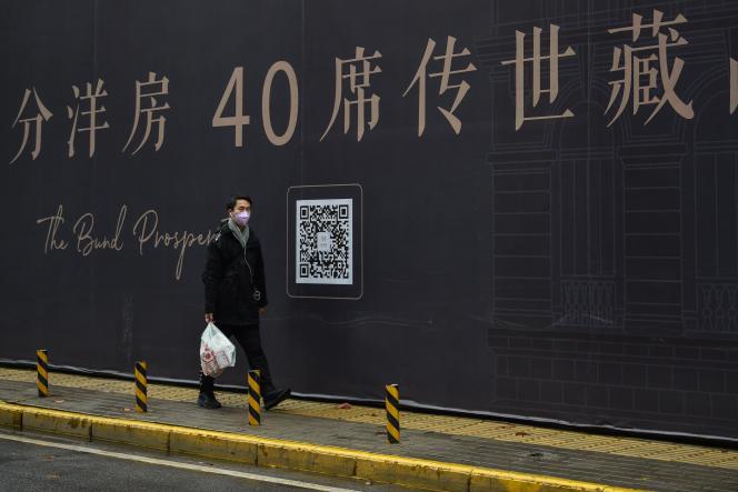 Un homme marche dans une rue de Wuhan, le 26 janvier.