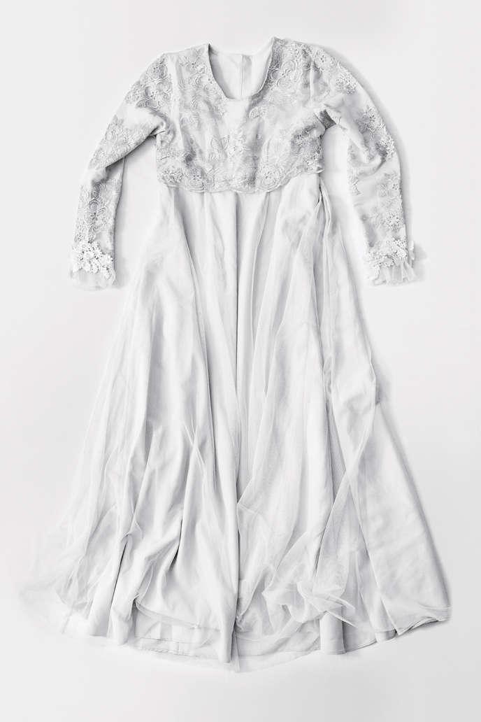 Robe de mariée symbolisant le mariage forcée par enlèvement, dont sont victimes certaines femmes au Kirghizistan.