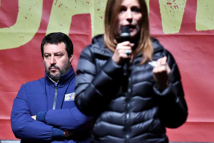 Le chef de la Ligue, Matteo Salvini, derrière la candidate en Emilie-Romagne, Lucia Borgonzoni, à Bibbiano (Italie), le 23 janvier 2020.