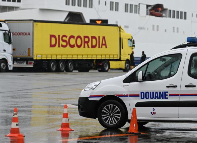 La douane française contrôle des camions au départ pour la Grande Bretagne au terminal de Calais, le 24 septembre 2019.