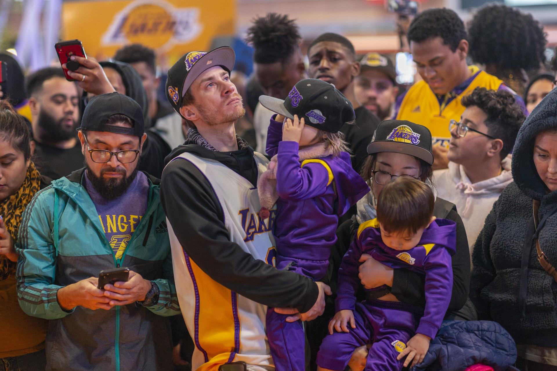Près du Staples Center, une foule est rassemblée en mémoire de Kobe Bryant.