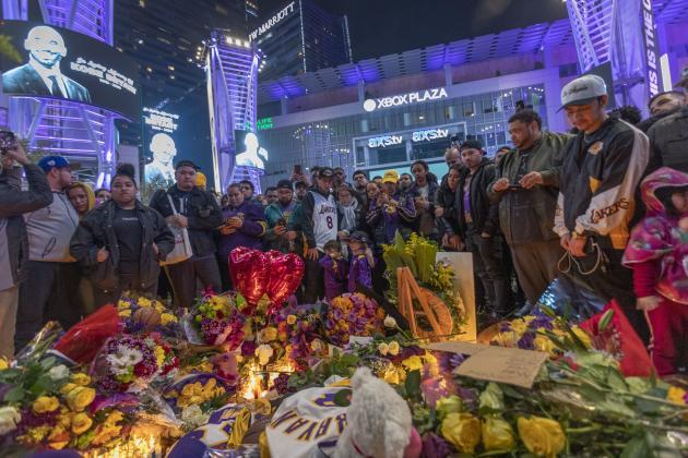 Dimanche 26 janvier près du stade du Staples Center, dans le centre de Los Angeles, des centaines de personnes se sont rassemblées pour pleurer leur idole Kobe Bryant.