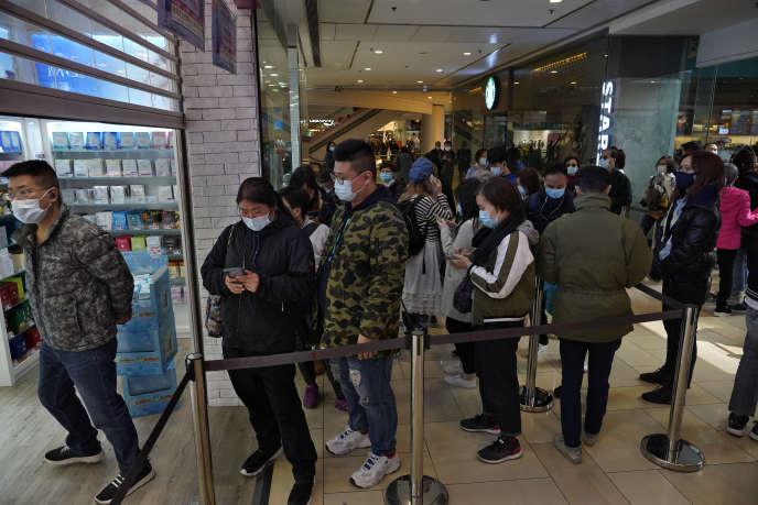 A Hongkong, le 27 janvier 2020, les boutiques qui vendent des masques de protection sont prises d'assaut.