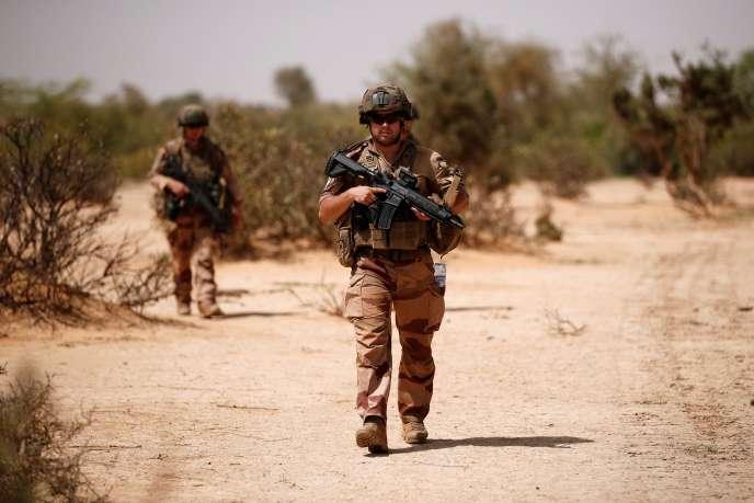 Des soldats français mènent une opération de contrôle dans la région du Gourma lors de l'opération Barkhane à Ndaki, au Mali, le 27 juillet 2019.