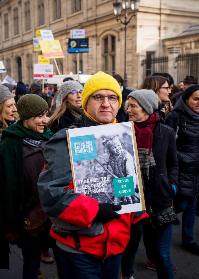 Des membres de revues scientifiques manifestent contre le projet de réforme des retraites, àParis, le 24 janvier.