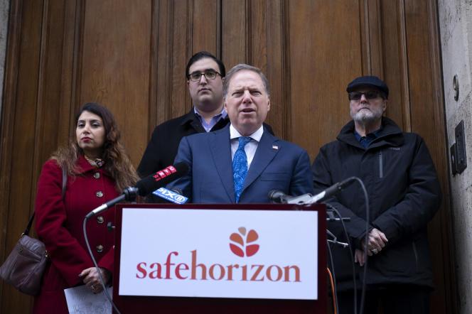 Le procureur américain Geoffrey Berman tient une conférence de presse devant l'ancienne résidence de Jeffery Epstein, à Manhattan, le 27 janvier.
