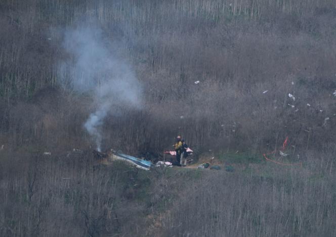 Les pompiers du comté de Los Angeles sur les lieux de l'accident dans lequel Kobe Bryant et huit autres personnes ont trouvé la mort, dimanche 26janvier.