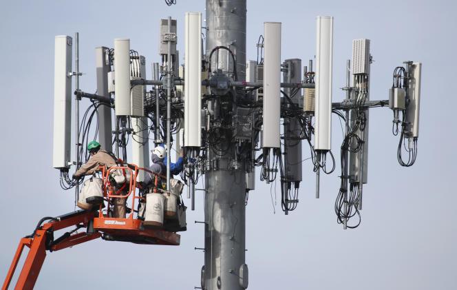 Des techniciens travaillent sur un poteau télécom 5G à Orem (Utah), le 10 décembre 2019.