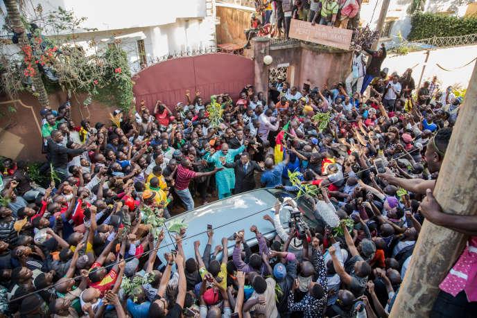Des partisans de Maurice Kamto fêtent la libération de l'opposant camerounais, à Yaoundé, le 5octobre 2019.