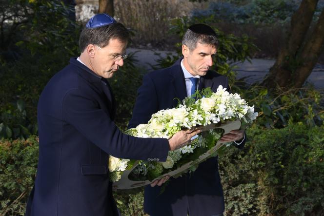 Le premier ministre des Pays-Bas, Mark Rutte (à gauche), dépose une couronne de fleurs sur le monument d'Auschwitz, à Amsterdam, le 26 janvier.