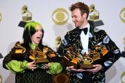 Billie Eilish et son frère Finneas O'Connell posent avec leurs prix aux Grammy Awards, le 26 janvier à Los Angeles.