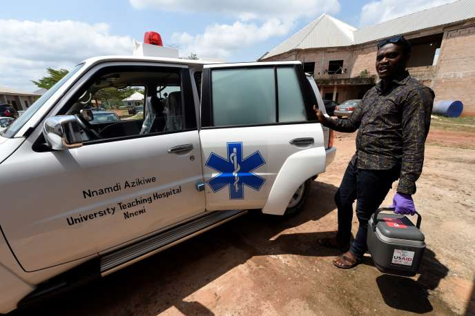 Un agent de santé transporte des échantillons de sang pour les tester à l'Institut de recherche et de contôle de la fièvre de Lassa, à Irrua, au Nigeria, en mars 2018.