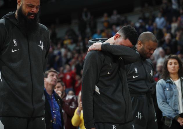 Des joueurs des Houston Rockets, Tyson Chandler, Austin Rivers et P.J.Tucker pendant un hommage à Kobe Byrant avant leur match contre Denver, le 26janvier.