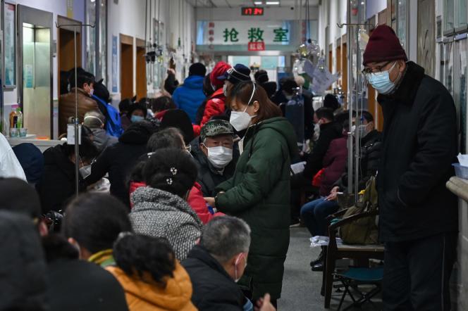 Des malades patientent pour être soignés dans un hôpital de Wuhan, le 25 janvier.