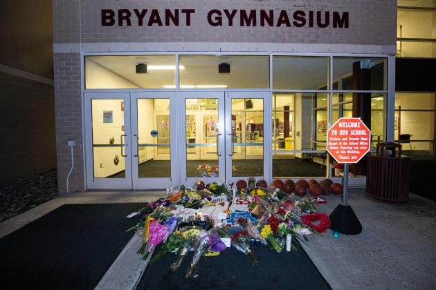 Des fans ont déposé des bouquets devant le gymnase du Lower Merion High School, où Kobe Bryant avait été élève, à Ardmore en Pennsylvanie, le 26janvier.