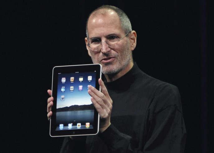 Steve Jobs présentant le premier iPad, le 27 janvier 2010.