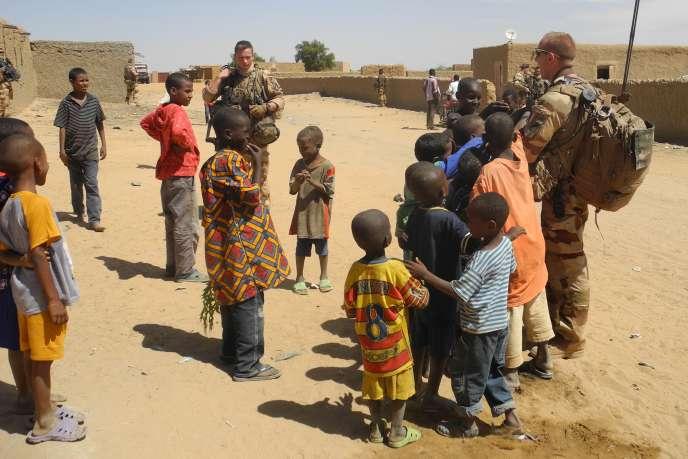 Des enfants et des soldats français de l'opération « Barkhane» à In-Tillit, dans le nord-est du Mali, en novembre 2017.