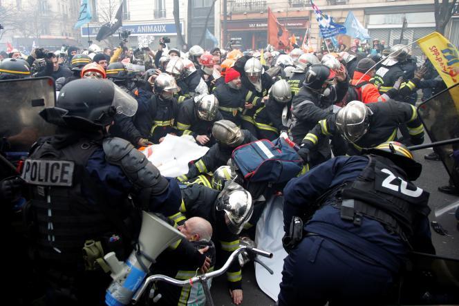 Lors de la manifestation des pompiers à Paris, le 28 janvier.