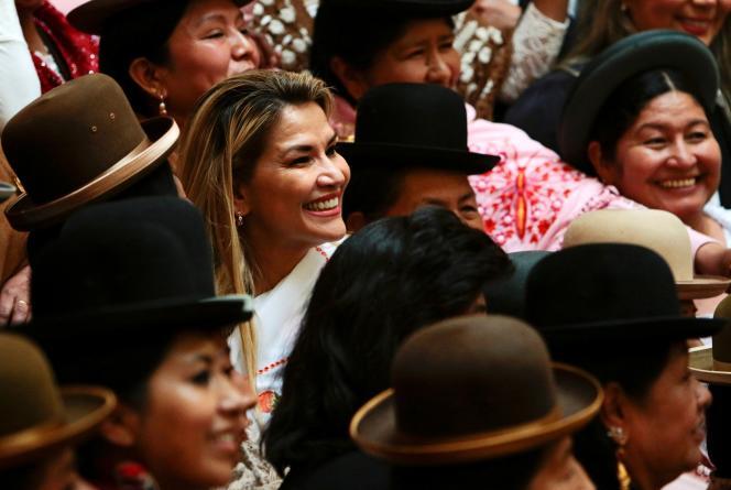 La présidente bolivienne par intérim, Jeanine Añez , lors d'un événement avec des femmes boliviennes autochtones connues sous le nom de «Cholas», à La Paz, le 27 janvier.