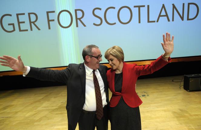 Christian Allard, Français établi en Ecosse et militant du Parti national écossais (SNP), etNicola Sturgeon, dirigeante du SNP, en 2014 à Perth, en Ecosse.