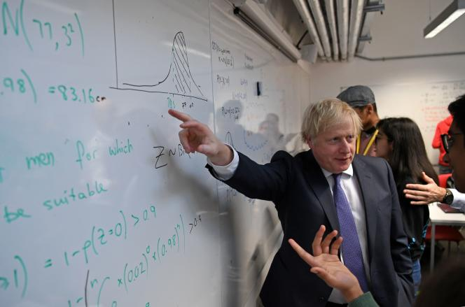 Boris Johnson échange avec des étudiants du département de mathématiques du King's College à Londres, le 27 janvier.
