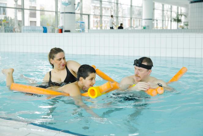 Massyl, 8 ans, un jeune garçon autiste, profite de cours particuliers au centre aquatique de Neuilly-sur-Seine (Hauts-de-Seine).