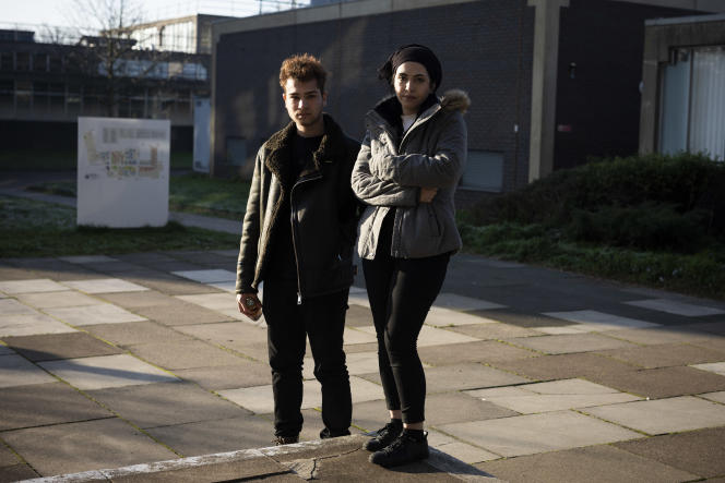 Lucin Gheorghica (à gauche) et Sarah, étudiants en sciences de la vie à l'université de Brunel, à 30 km à l'ouest de Londres, le 21 janvier.