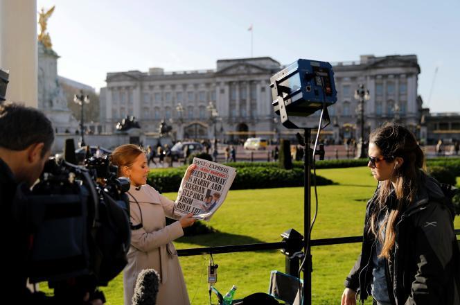 Des journalistes britanniques devant Buckingham Palace après l'annonce de Meghan Markle et du prince Harry, à Londres, le 9 janvier.