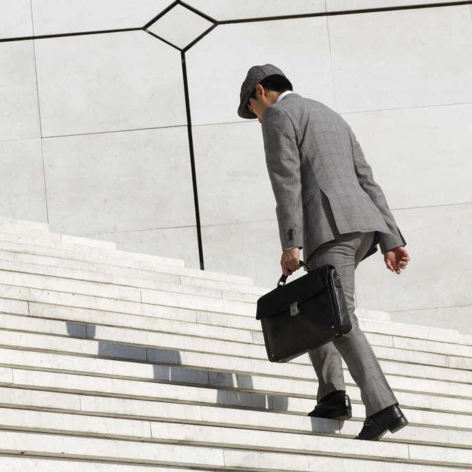 «Qu'est-ce qu'un cadre: un encadrant? Une qualification? Un niveau de rémunération? Une délégation du chef d'entreprise? Un membre de la direction? Un degré d'autonomie dans le travail?» Photo ; Un cadre montant les marches de La Grande Arche à la Défense (92) France.