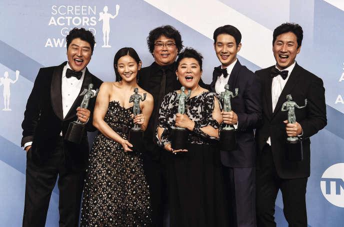<p>Bong Joon-ho (au centre) et les acteurs de son film <i>Parasite</i> lors de la soirée des Screen Actors Guild Awards, le 19 janvier, à Los Angeles.</p>