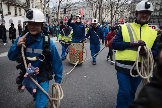 Des égoutiers durant la manifestation contre la réforme des retraites à Paris, le 29 janvier.