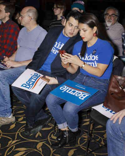 Deux militants démocrates au meeting de soutien à Bernie Sanders tenue par la représentante Alexandria Ocasio-Cortez, à Iowa City, le 24 janvier.