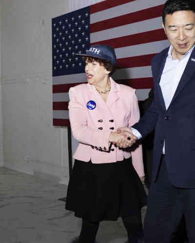 A Dubuque, Trish McDonald, une militante pro-Andrew Yang, serre la main de son favori.