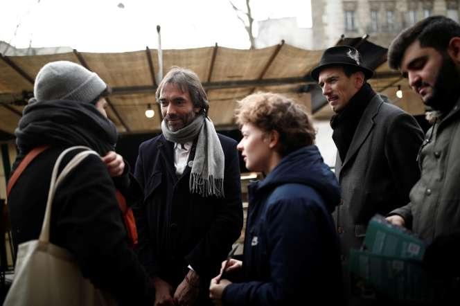 Le mathématicien Cedric Villani, député de l'Essonne et candidatat à la mairie de Paris sur un marché à Paris , le 25 janvier.